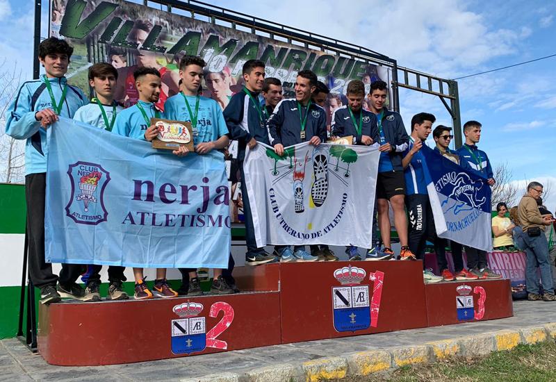 El equipo SUB 20 del Club Utrerano de Atletismo en el primer puesto del podio.