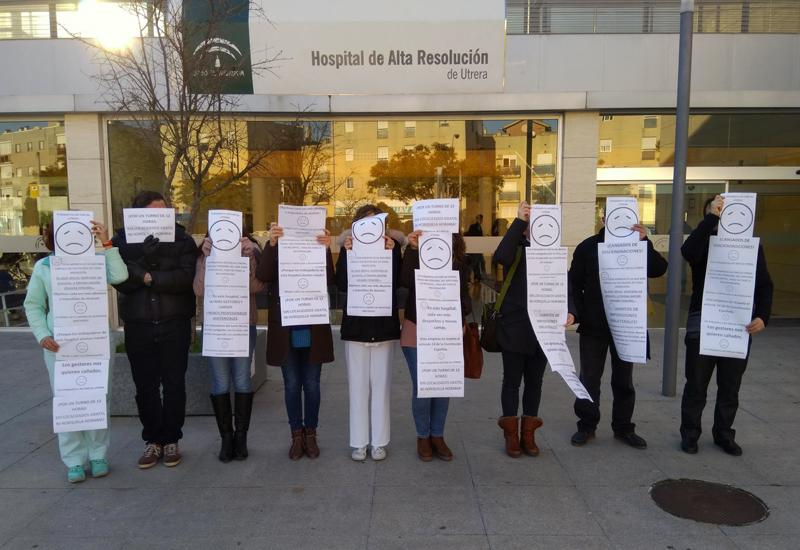 LOS TRABAJADORES DEL HOSPITAL DE UTRERA COMIENZAN 2019 CON UNA CONCENTRACIÓN SILENCIOSA EN LAS PUERTAS DEL CENTRO