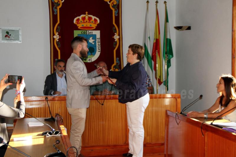 López Ocaña recibiendo el testigo de manos de la anterior alcaldesa M. Isabel Gómez