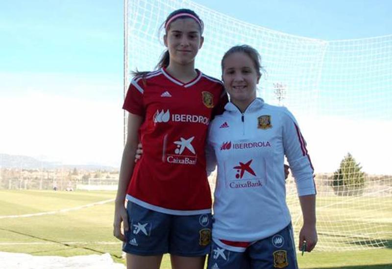 Lidia Rayo, de blanco a la izquierda de la foto. Imagen vía sevillafc.es.